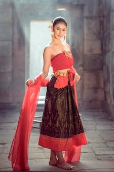 Das traditionelle gehende kleid der frauen das khmerschloss.
