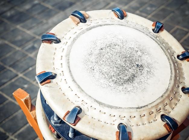 Das traditionelle japanische schlaginstrument shime-daiko oder namitsuke ist eine art von taiko-trommel.