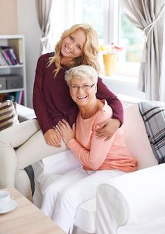 Das treffen mit der großmutter ist immer eine große freude