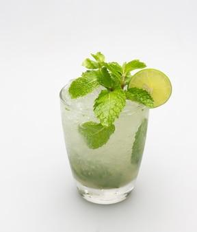 Das trinken von zitronensaft, limonade und minze stillt den durst.