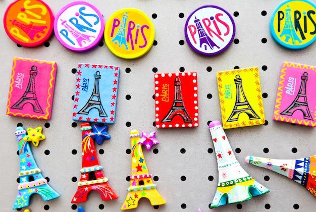 Das typische souvenir, das sie in jedem einzelnen geschäft von paris finden können