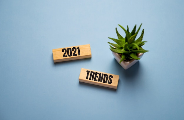 Das umblättern der trends von 2020 bis 2021 druckt den bildschirm auf holzblockwürfeln