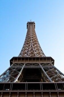 Das universelle wahrzeichen von paris auf einem sauberen, blauen hintergrund
