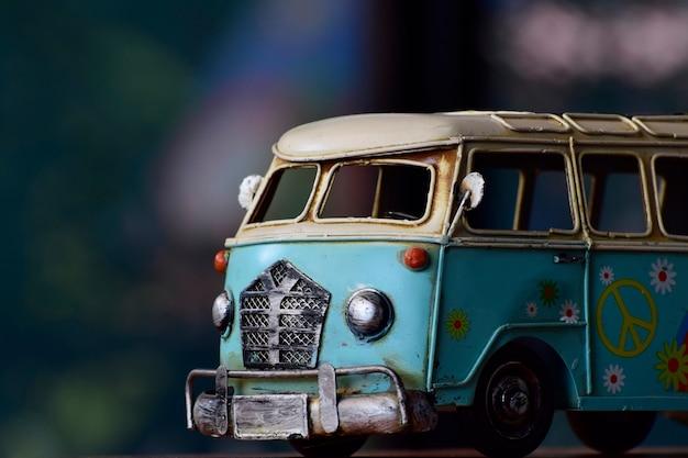 Das van-modell ist antiquitäten, ein spielzeug, früher ein kinderspielzeug
