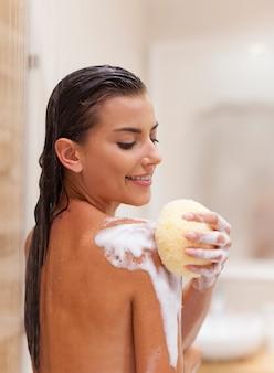 Das vergnügen, eine dusche zu nehmen