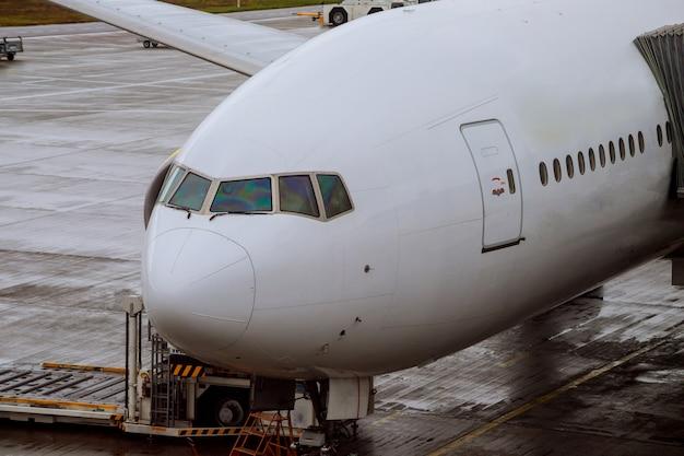 Das verkehrsflugzeug, das für das einsteigen der flugzeuge vorbereitet wird, koppelte im flughafen an