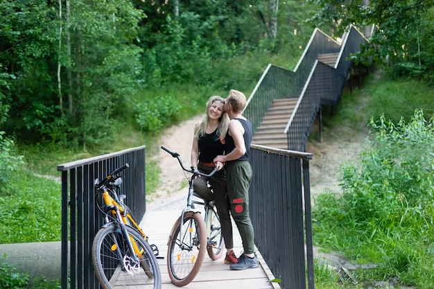 Das verliebte paar auf fahrrädern hat spaß im park