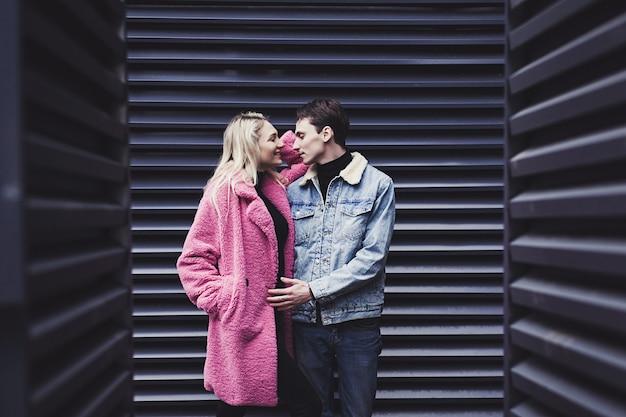 Das verliebte paar steht in einer umarmung in der stadt
