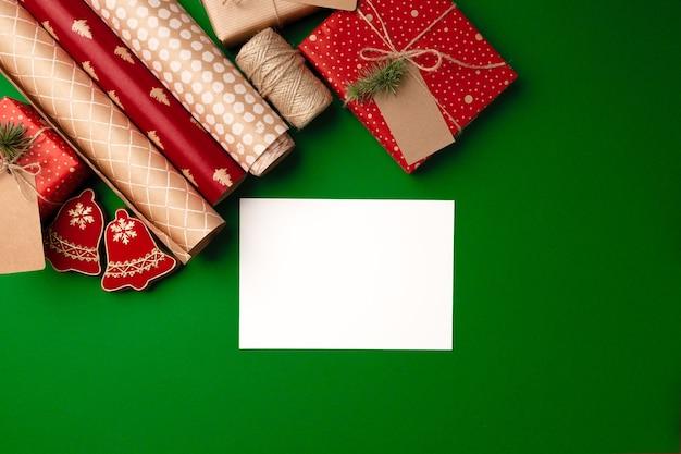 Das verpacken von papierrollen für weihnachten präsentiert den kopierraum der draufsicht