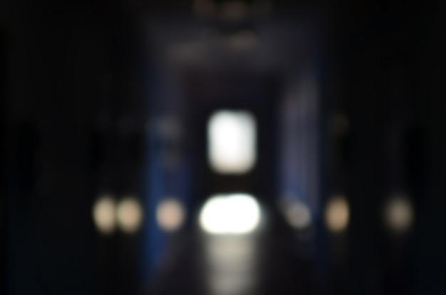 Das verschwommene bild eines düsteren korridors eines vernachlässigten publikums