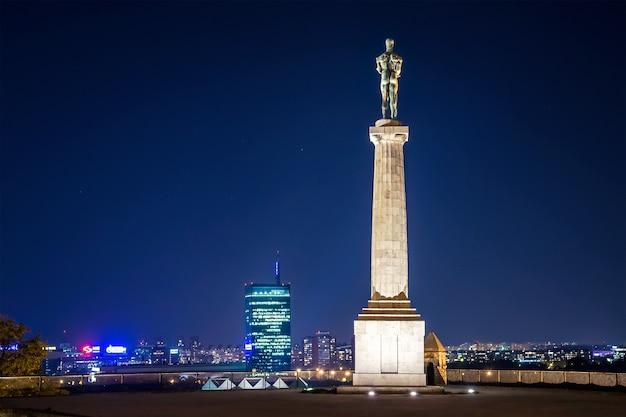Das victor monument und das belgrader stadtbild. serbien.