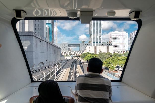 Das vollautomatische zugsystem der innenstadt von miami mit der stadt im hintergrund