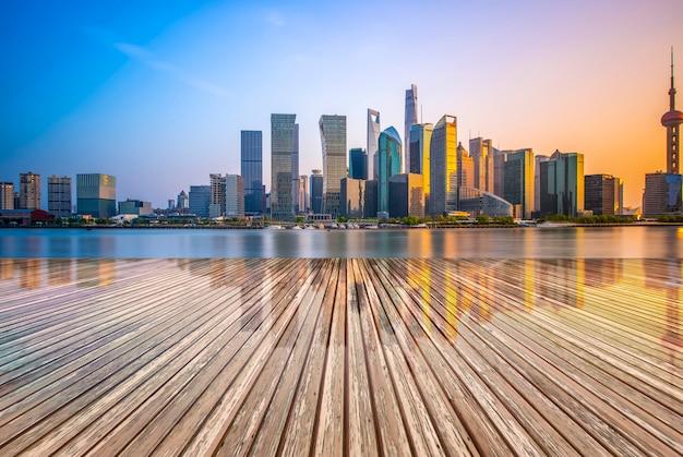 Das vordere quadrat des modernen bürohauses im shanghai-finanzbezirk