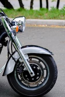 Das vorderrad eines motorrades und scheinwerfers