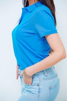 Das weibliche modell, das jeans und t-shirt für elektronischen geschäftsverkehr fördert, kleidet website.