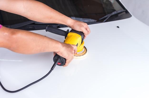 Das weiße auto mit reflexion, autopflegekonzept polieren