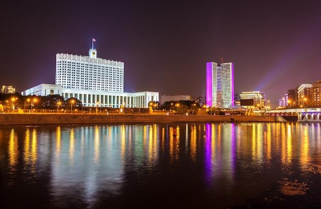 Das weiße haus, das haus der regierung der russischen föderation in moskau bei nacht