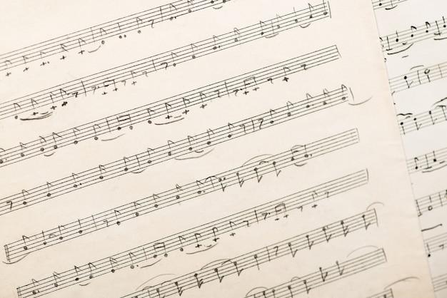Das werk des usbekischen volkskomponisten vintage-blatt mit handgeschriebenen musiknoten
