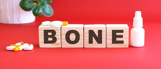 Das wort bone besteht aus holzwürfeln