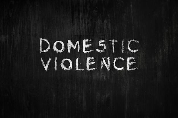 Das wort häusliche gewalt an einer tafel