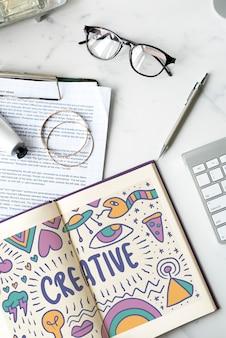 Das wort kreativ gezeichnet in ein notizbuch