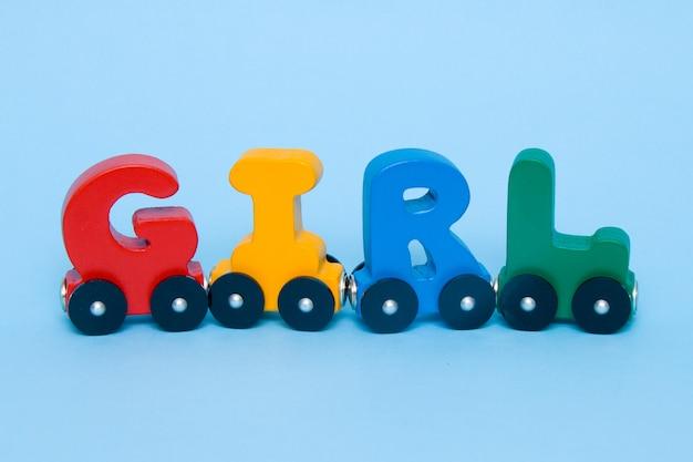 Das wort-mädchen, das von den buchstaben gemacht wird, bilden alphabet aus.