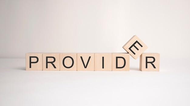 Das wort provider steht auf holzwürfeln auf einer hellen fläche