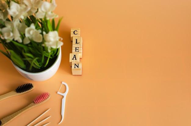 Das wort sauber und zahnbürste liefert auf orange 3