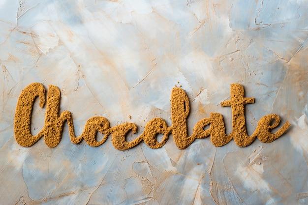 Das wort schokolade ist mit schönen kakao-buchstaben ausgekleidet