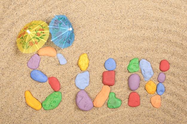 Das wort sonne aus steinen im sand