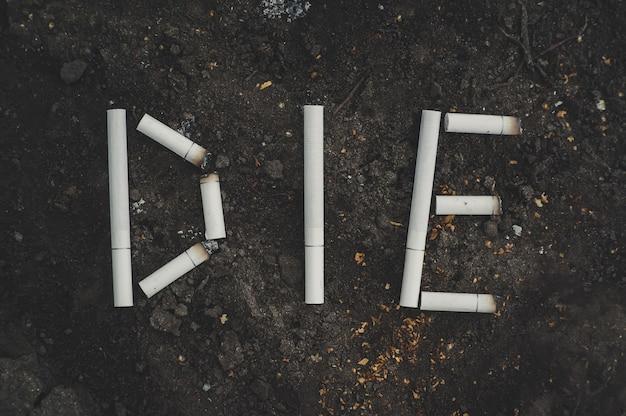 Das wort sterben geschriebene zigaretten. die gefahren des rauchens. anti-tabak ein konzeptionelles foto.