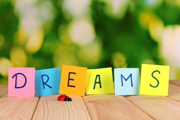 Das wort träume auf holztisch
