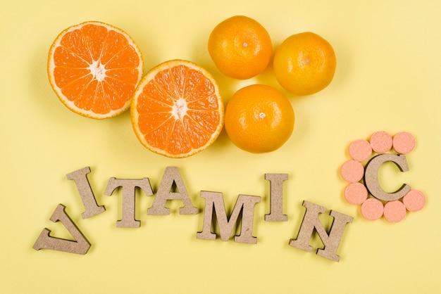 Das wort vitamin c ist in holzbuchstaben geschrieben