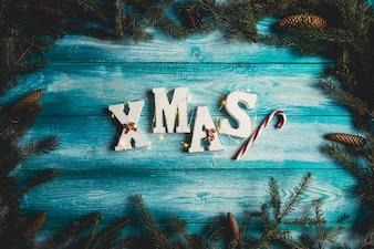 Das Wort Weihnachten. Tannenzweige, Zuckerstange, Tannenzapfen