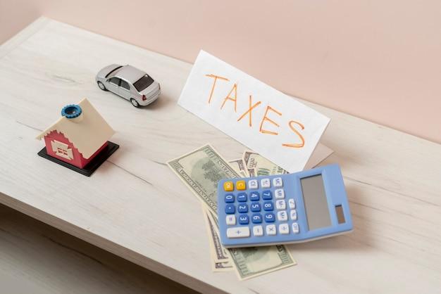 Das zählen des geldes, um steuern zu zahlen, dollarwährung finanzbudget