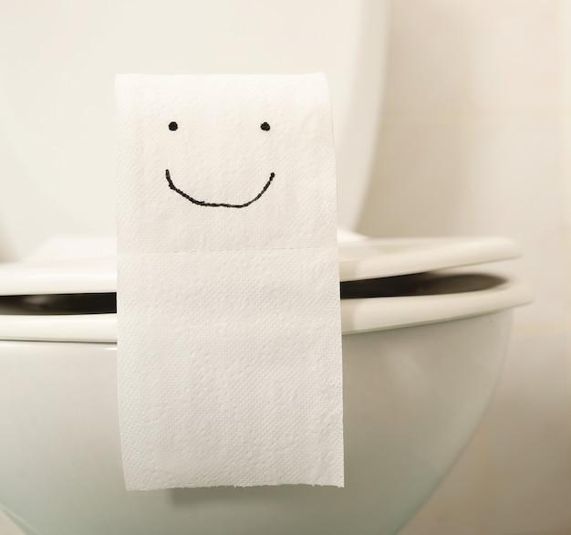 Das zeichnen auf toilettenpapier ist ein lächeln.