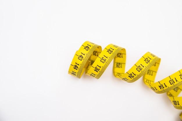 Das zu messende gelbe farbband. zum nähen notwendig. sport und ernährung.