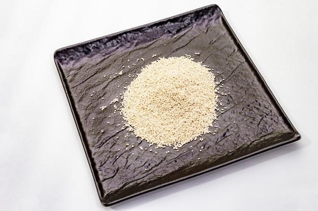 Dashi, traditionelles japanisches gewürz lokalisiert. unverzichtbare zutat zum kochen von suppenbrühe. fertiges trockenes granulat