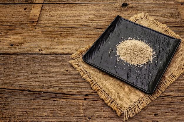 Dashi, traditionelles japanisches gewürz. unverzichtbare zutat zum kochen von suppenbrühe. fertiges trockenes granulat.
