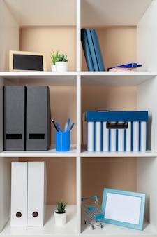 Dateiordner, stehen in den regalen im büro