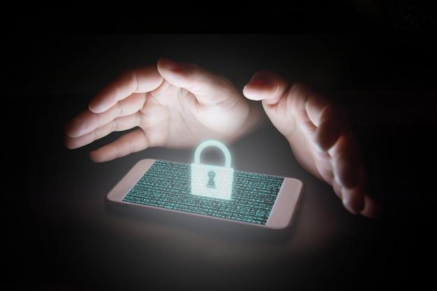 Daten mit schlosssymbol und virtuellen bildschirmen auf dem smartphone.