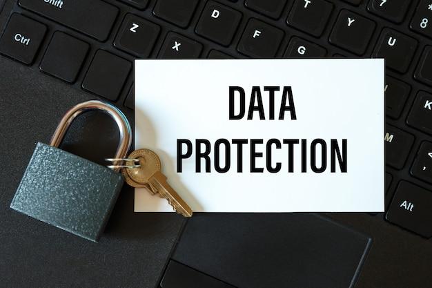 Datenschutz - eine beschriftung auf einer karte und ein schloss auf der computertastatur