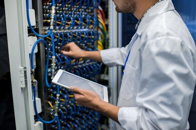 Datenwissenschaftler, der mit servern arbeitet