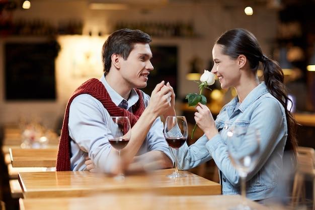 Datierung im café