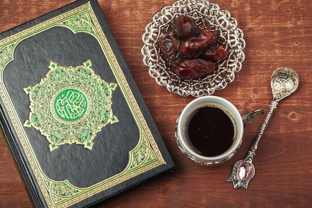 Datteln, koran und rosenkranz aus holz