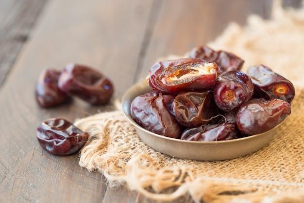 Datteln palmenfrucht ist nahrung für ramadan oder medjool. köstliche getrocknete dattelfrüchte mit süßem geschmack und hohem ballaststoffgehalt.