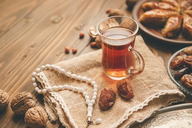Datteln, rosenkränze und baklava. ramadan. tiefenschärfe.
