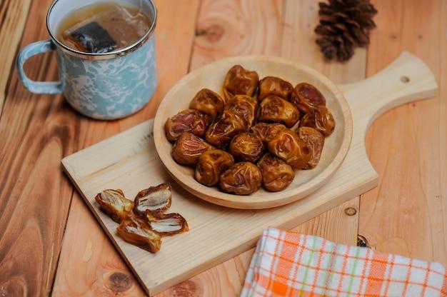 Datteln sind eine frucht, die muslime während des ramadan essen, um ihr fasten zu brechen