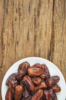 Dattelpalmenfrucht oder kurma, ramadanlebensmittel, bild weinleseart