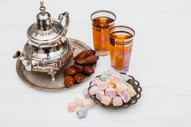 Dattelt obst mit türkischem genuss und teekanne